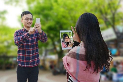 男生手机拍照头像